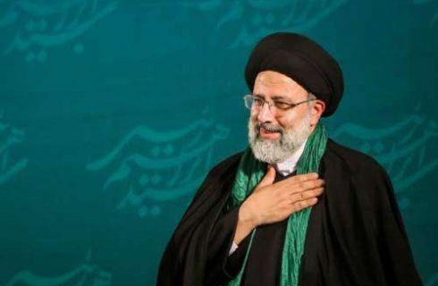 لحظهی دریافت حکم حجت الاسلام رئیسی از نماینده رهبر انقلاب