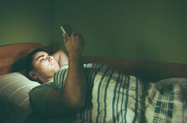 اینفوگرافی؛ چرا استفاده از گوشی قبل از خواب مضر است؟